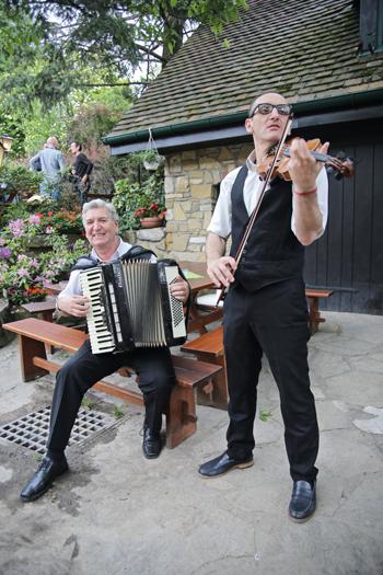 Schrammelmusik im Gastgarten im Heuriger Fuhrgassl-Huber