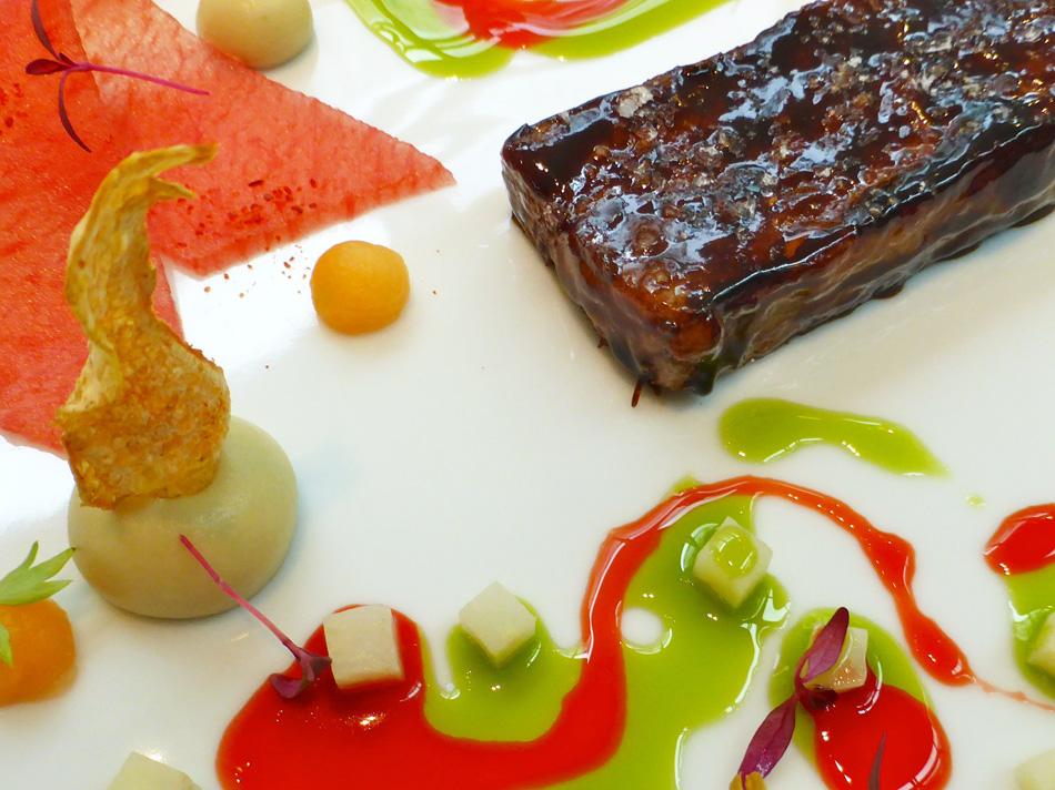"""Das kulinarische Werk: Michael Kempf """"Short Rib BBQ, Artischocke, Melone und Liebstöckel"""""""