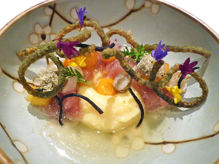"""Ein Amuse Bouche namens """"Tuna - Dashi - Kaki"""" mit einem Dashi-Omelette"""