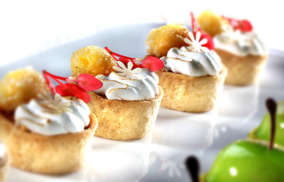 Im Tartelette gebackene Kürbistarte überzogen mit Baiser und dekoriert mit Knusperkugel von der Passionsfrucht