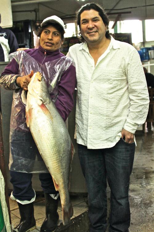 Gastón Acurio mit einer Fischhändlerin