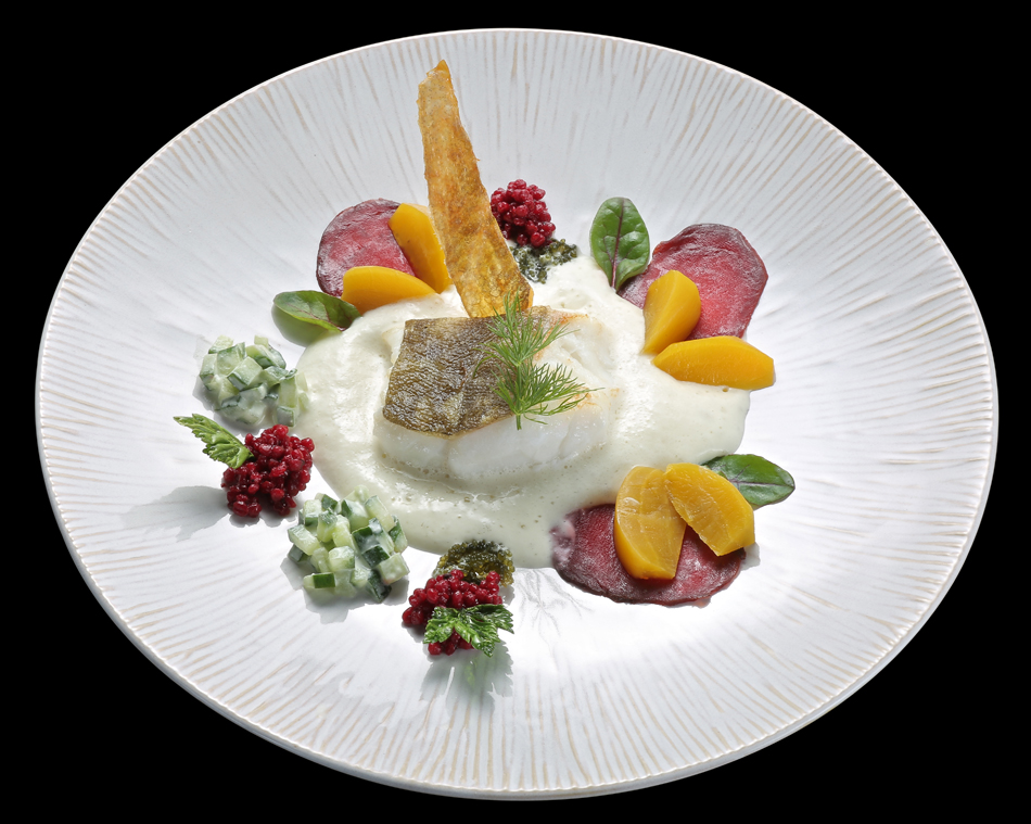 Skrei / Schmandgurke / Gelbe Bete / Rote-Bete-Graupenkaviar / Meerrettichluft