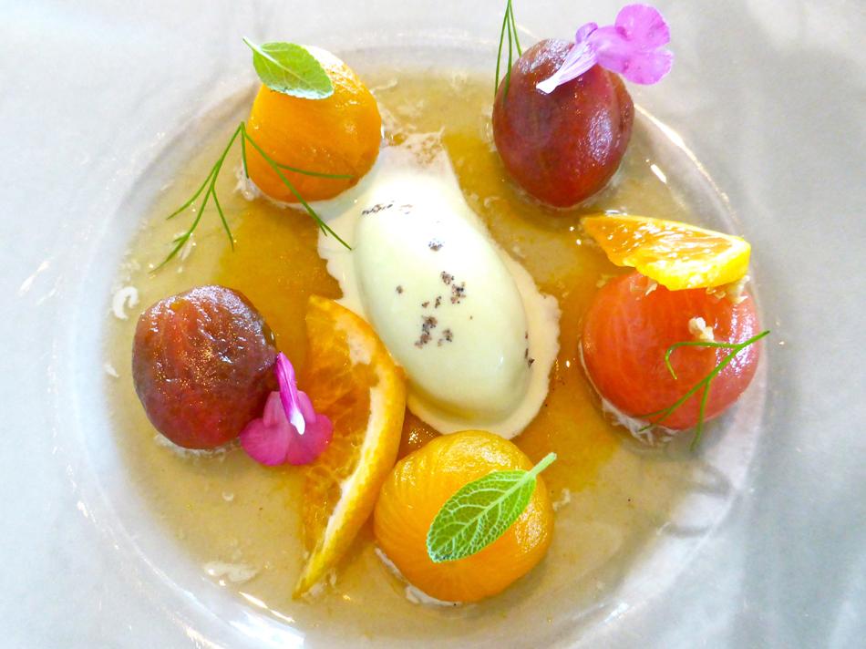 Ausgewählte Tomatensorten, Murcott-Mandarinen, Chiloè-Beeren, Salbei-Consommé und Eis von überreifen Oliven