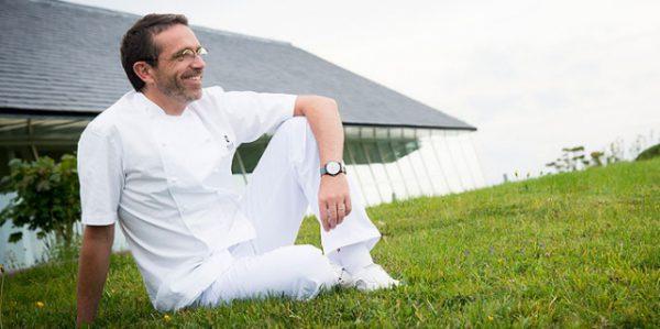 Wozu die Aufregung? Sébastien Bras, Drei-Sterne-Koch, Sohn und Nachfolger von Michel Bras, will nicht mehr im Guide Michelin verzeichnet sein. Man sollte den Ball flach halten.